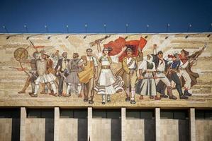 Hito del museo histórico nacional y famoso mural de mosaico realista-socialista 'los albaneses' en la plaza skanderbeg de Tirana Albania foto