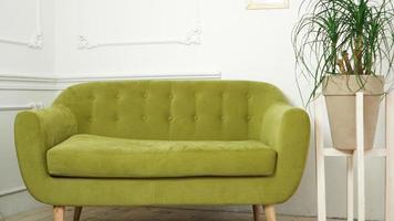 interior de la casa con nuevo sofá verde foto