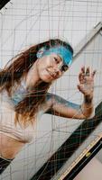 chica morena detrás de la red. retrato de mujer con destellos azules foto