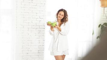 mujer con manzanas. dieta. estilo de vida saludable. foto