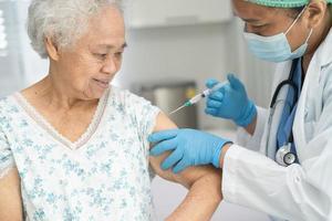 anciana asiática mayor que recibe la vacuna covid-19 o coronavirus foto