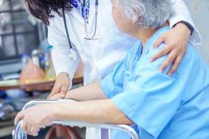 médico asiático, tocar y cuidar, anciana, paciente, con, andador foto