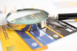 tarjeta de crédito en cartulina y papel cuadriculado. foto