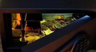 Mano abierta electrónica caja de seguridad de acero llena de pila de monedas y barra de oro foto