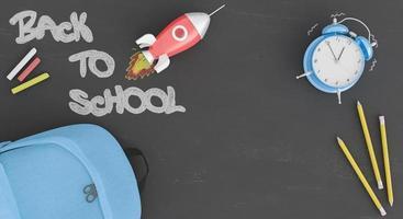 pizarra de regreso a la escuela con un cohete y un reloj despertador foto