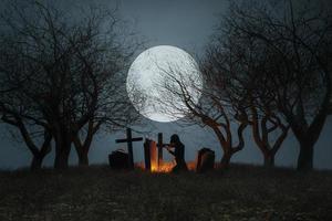 cementerio espeluznante con fondo de luna llena foto