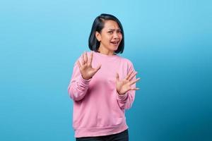 Retrato de una joven y bella mujer asiática que rechaza la oferta sintiéndose incómoda foto