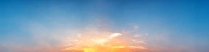 Panorama de dramáticos colores vibrantes con hermosas nubes foto