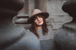 mujer con sombrero y camisa a rayas foto
