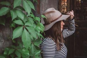 mujer con sombrero y camisa a rayas con hojas foto