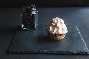 muffin con grosellas sobre un fondo negro. foto