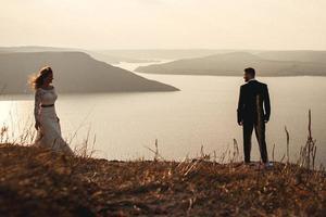 pareja casada, se abrazar, en, un, montaña foto