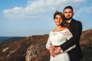 pareja casada, tomados de la mano, en, un, montaña foto