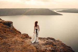hermosa novia en una montaña foto