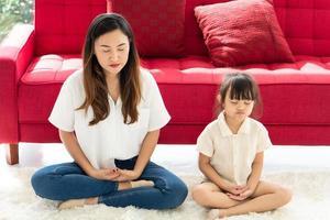 madre e hija meditando foto