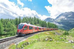 Tren turístico de bernina en los alpes suizos foto