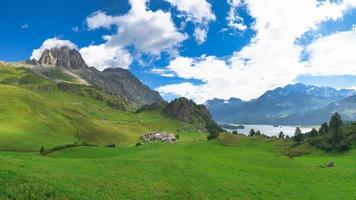 Vista de grevasalvas en el valle de la Engadina en los Alpes suizos foto