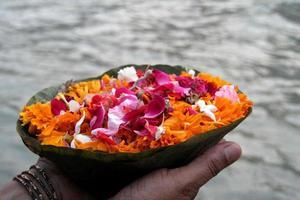 ofrenda de flores en el río foto