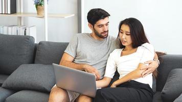 pareja usando una laptop foto