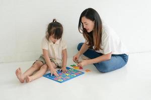 madre e hijo jugando con un rompecabezas foto