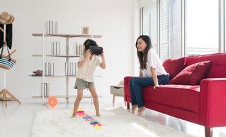 madre e hijo jugando juegos de realidad virtual foto