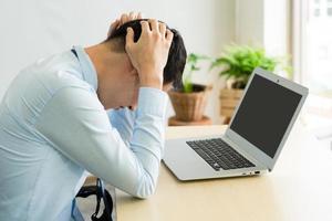 hombre frustrado trabajando desde casa foto