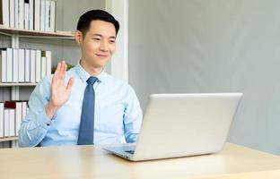 El empresario asiste a una reunión a través de una videoconferencia. foto