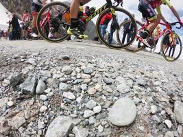 Piamonte, Italia 2018- los ciclistas suben cuesta arriba durante la carrera ciclista internacional giro d'italia foto