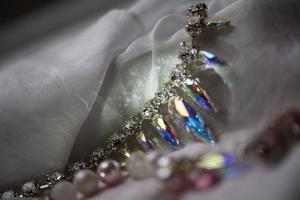 detalles de primer plano de collar y aretes con cristal de swarovski foto