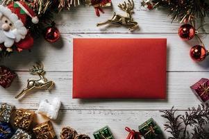 Tarjeta de invitación de maqueta sobre fondo de Navidad foto