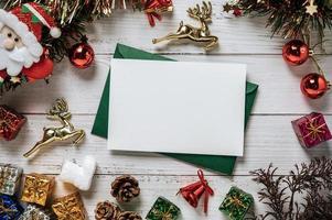Tarjeta de maqueta con regalos sobre fondo blanco. foto