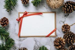 tarjeta de maqueta con tarjeta de invitación con tienda de regalos foto
