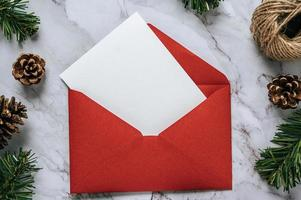 Tarjeta de maqueta con tarjeta de invitación sobre fondo blanco. foto