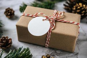 Cajas de regalo con pequeños obsequios sobre cemento blanco. foto