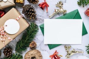 Tarjeta de maqueta con tarjeta de invitación con tienda de regalos sobre fondo blanco. foto