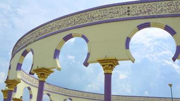 ornamento islámico en la pared de la mezquita foto