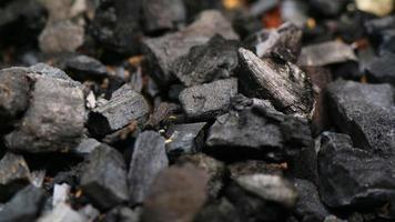 carbón vegetal mezclado con un poco de tierra marrón foto