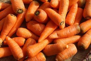 colección de zanahorias rojas en un mercado tradicional. foto