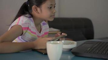 flicka som spelar spel på smartphone hälsning vän från sociala online video