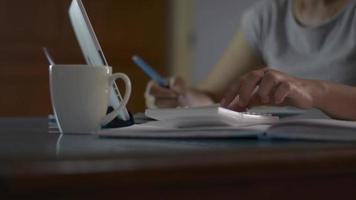 femme travaillant avec une calculatrice et prenant note sur le bureau à la maison video