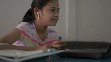 flicka som pratar med distanslärare på bärbar dator med hemmalektion online video