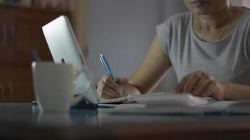 femme travaillant sur le bureau avec tablette numérique et calculer les dépenses video