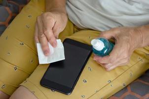 Limpia tu celular con alcohol para prevenir gérmenes. foto