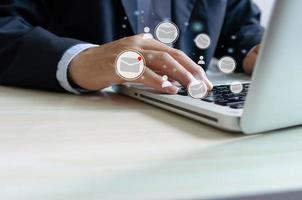 Mano de hombre de negocios escribiendo en el teclado del portátil comprobando el correo electrónico en línea foto