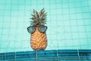 vacaciones de verano y relajación en la piscina concepto de estilos de vida foto
