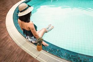 mujer, en, bañador, relajante, en, piscina foto
