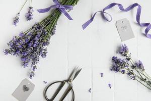 flores de lavanda, tijeras y cinta foto