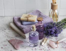 Cosmético de hierbas naturales con flores de lavanda. foto