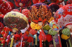 linternas festivas en la ciudad de hanoi, vietnam. foto