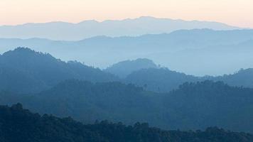 escena natural de la cordillera azul brumosa de la selva tropical. foto
